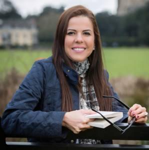 """Sobre Vania Faria Sutherberry:Autora do livro """"Lentes Coloridas - uma nova visão sobre destino e missão"""" e co-autora do Livro """"A World Book of Values"""".É sócia-fundadora da Evolução Humana Consultoria, consultora em desenvolvimento humano e organizacional, com mais de 25 anos vivenciando projetos nesta área.Possui larga experiência em projetos de Cultura Organizacional orientados para Valores,coaching de executivos e de carreira, focado em competências, missão (propósito), visão e valores pessoais."""